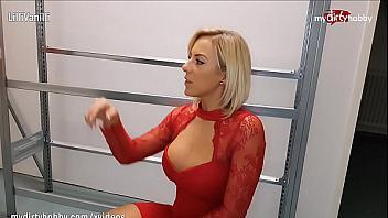 Secretaria muy implicada quiere que su jefe la folle y se corra dentro de ella