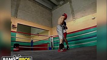 Un combate de boxeo acaba en una follada con las azafatas
