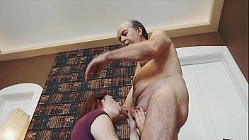Abuelo se folla a su nieta como castigo por haberle puteado
