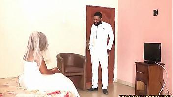 Esposa muy viciosa le cumple la fantasía al padrino al dejar que la folle