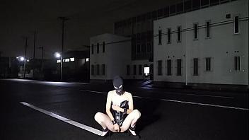 Sumisa japonesa se masturba en medio de la calle