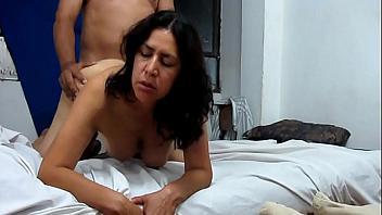 Follada anal a una madura latina a la que le gusta tener el culo lleno
