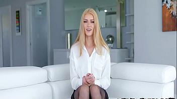Zorrita rubia quiere demostrar que es una puta sumisa muy obediente