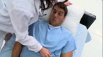 Doctora de grandes tetas cura a su paciente echando un polvo con él