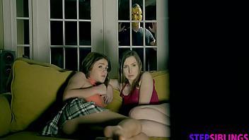 Trío incestuoso con su hermana y su prima en la noche de Halloween