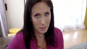 Madre viciosa se venga de su marido follando con su propio hijo