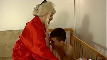 Abuela española muy puta le hace la merienda y se folla a su nieto