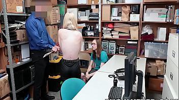 Pringado obligado a ver cómo se follan a la putita de su novia