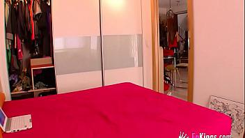 Putita española lo planea todo para follarse a un repartidor de comida a domicilio