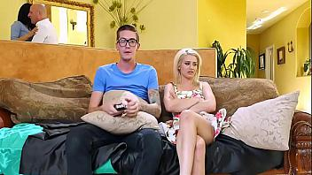MILF se pone cachonda al ver la polla del novio de su futura hijastra
