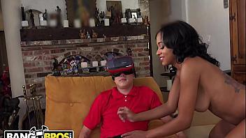 Follando a una negra muy cachonda con la realidad virtual del futuro