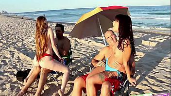 Sus hijas se ponen calientes en la playa y se van al hotel para follar con sus padres