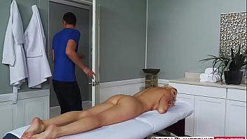 Obligado a follarse a su suegra cuando se hace pasar por el masajista