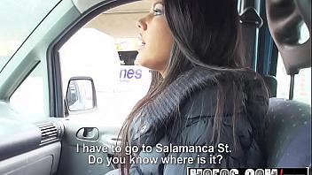 Jovencita española folla con un desconocido que le lleva en su coche