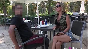 Rubia española busca a un anónimo en el Retiro para intentar echar un polvazo