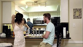 Madre e hija comparten la polla del novio mientras el marido cocina
