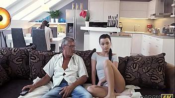 Putita se folla a su padre mientras su novio está trabajando detrás