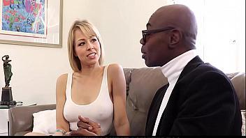 Cornudo encuentra a su esposa chupando la polla de un vendedor