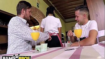 Camarera española se entrega como una puta a cambio de dinero