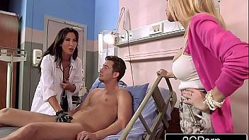 Madre y doctora se ocupan de chupar la polla de su hijo enfermo