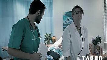 Doctor violador folla a una paciente mientras le hace una revisión