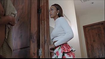 Negra viciosa se folla al novio de su compañera de trabajo