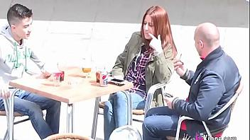 Padre español paga a una jovencita para follarse a su hijo