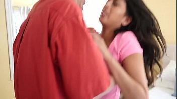 Violación a su hija por llegar tarde a casa y robar su coche