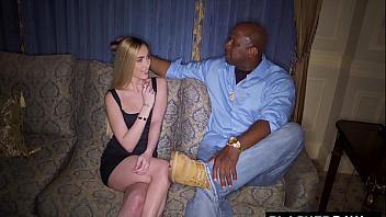 Delilah Day llama a un amigo negro para que la reviente bestialmente