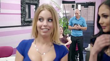 Engaña a su novia follándose a las esteticistas en un centro de belleza