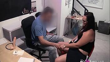 Encargada de una tienda española folla con un cliente y lo graba a escondidas