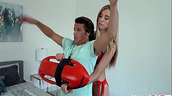 La socorrista Haley Reed se folla a su hermano practicando rescates