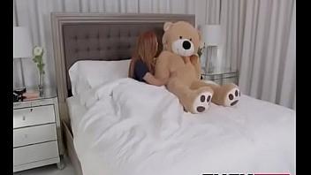 Descubre a su hermana follando con un osito y se ofrece a darle sexo