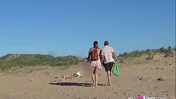 Gordita española se pone las botas en una playa nudista