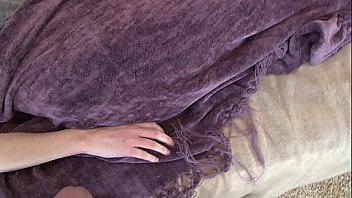 Se corre encima de su novia mientras la tetazas está durmiendo