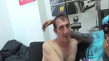 Trio de sexo con una shemale de buen rabo (español)