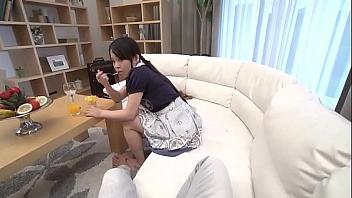 Japonesa muy joven paga su habitación rural con servicios sexuales