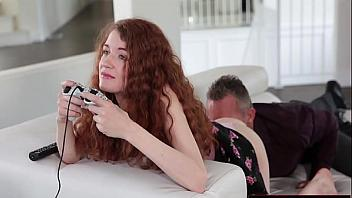 Su papi le mete la polla mientras la jovencita está jugando a la consola