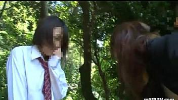 Profesor abusa de una de sus alumnas mientras una amiga lo ve todo