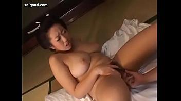 Tetona asiática sabe ser una puta obediente y usar sus grandes tetazas