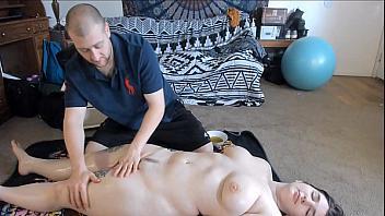 Follada por el culo a una clienta que ha quedado satisfecha con el masaje