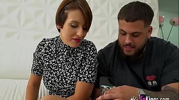 Española viciosa se folla a un negro delante de su novio