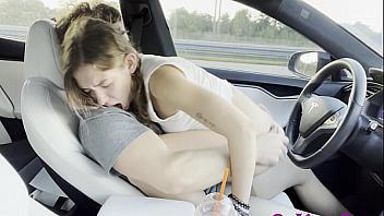 Teen se folla a su novio mientras está conduciendo