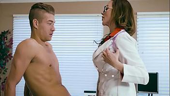 Doctora le cura de sus problemas de salud dejando que se la folle por el culo
