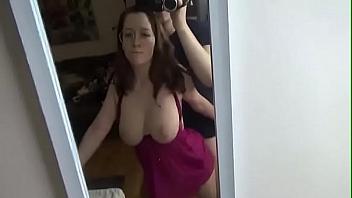 Pelirroja escandalosa tiene un orgasmo mientras el novio la graba