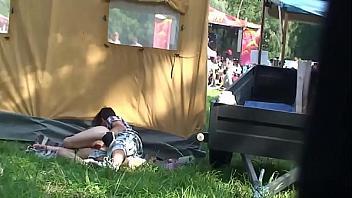 Chica borracha se pone cachonda y folla durante un festival de música