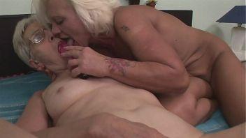 Abuelas lesbianas dejándose comer el chocho