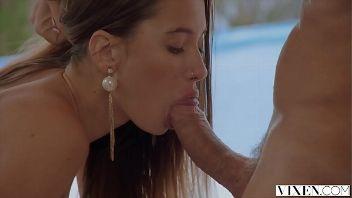 Jovencita súper hot recibe una mamada de coño, una follada y lefa en su boca. Se llama Liya Silver