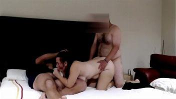 Cornudo entrega a su novia y deja que se la follen delante de él.