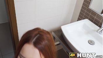 Una tierna pelirroja de 18 años follando rico el baño de parado.